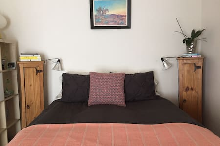 Master Suite in Downtown Carbondale - Carbondale - Casa