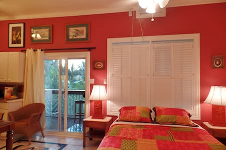 Gorgeous studio w/lanai near beach - 아파트