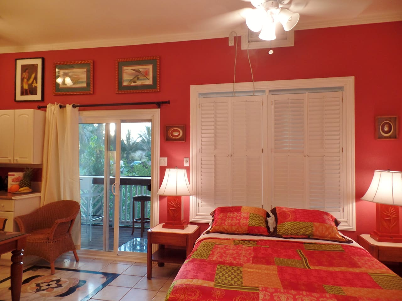 Vibrant colors and cosy living quarters - leading to screened lanai