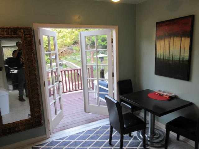 3bd/newly furnished home, huge yard&views pets ok!