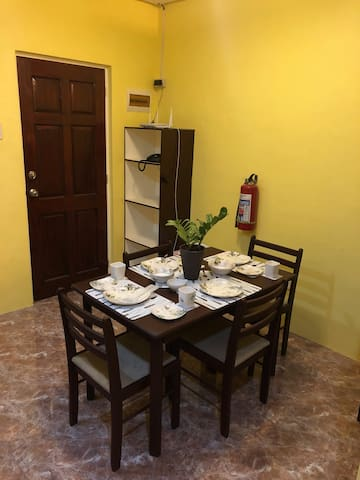 Homey Apartment Near the Airport & the Beach (Rm2)