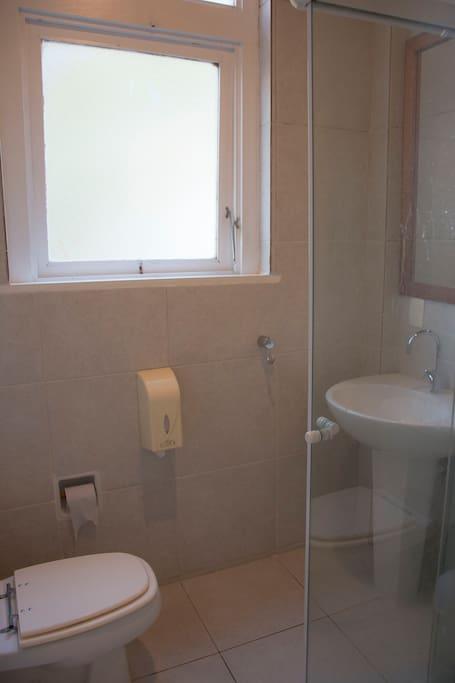 Banheiro com chuveiro.