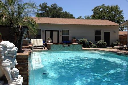 Shangri Loyd Poolside Cabana Burnet - Burnet