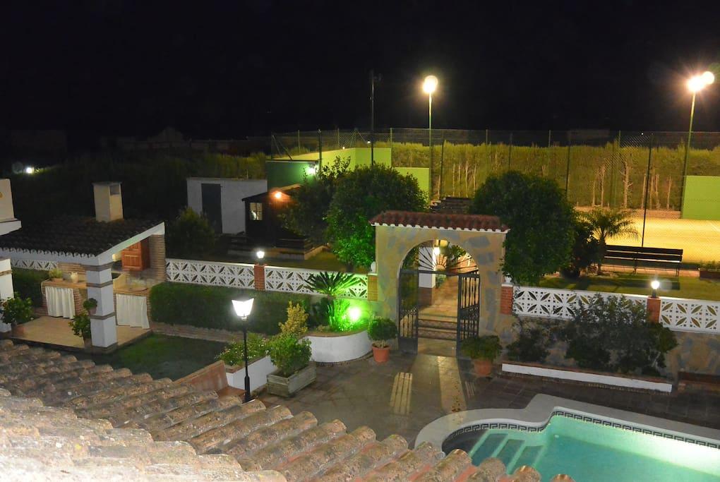 Vista del Exterior de la casa: (Jardín, Barbacoa, Piscina y Pista de Padel privada).