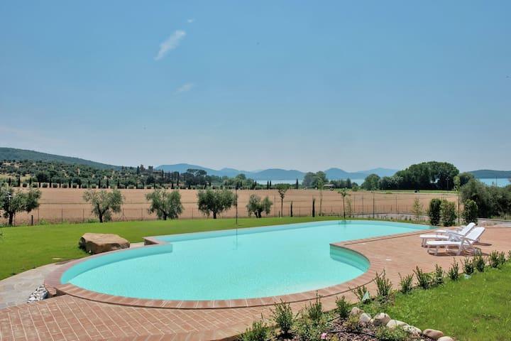 Sfeervol landhuis in Monde del Lago met een gedeeld zwembad