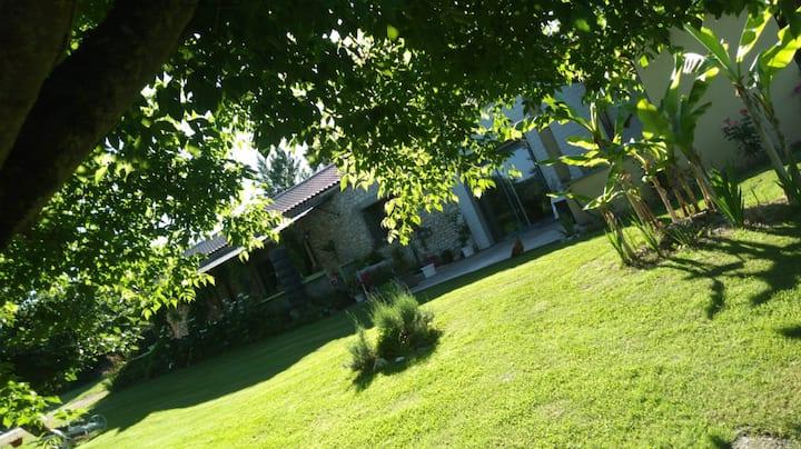 Belle longère avec piscine et grand jardin arboré