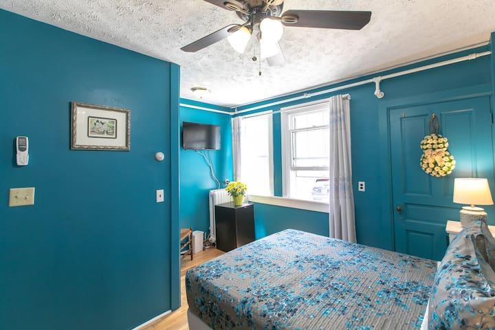 Room 9  Queen bedroom