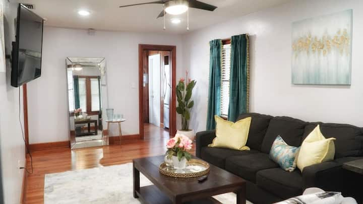 Cozy Bungalow minutes to the Beach and Downtown