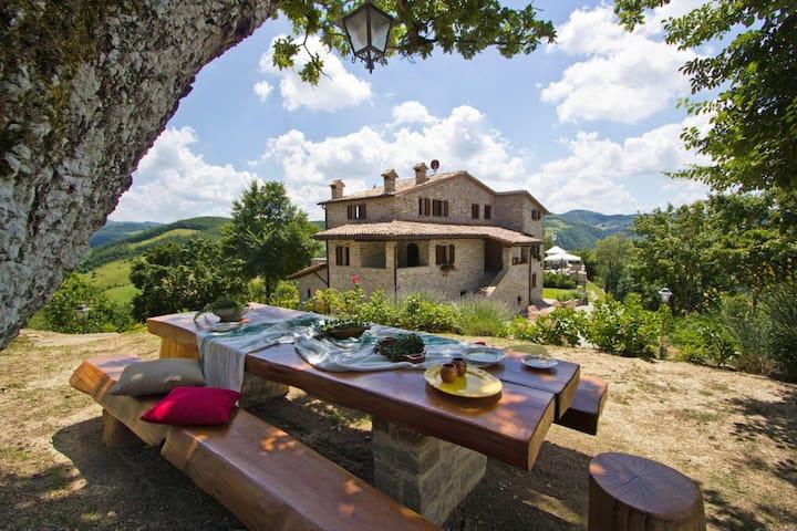 Agradable villa en Apecchio con piscina