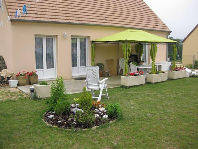CHAMBRES PRIVEES dans grande maison - Cherré - Casa