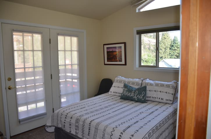 Bedroom offers a queen sized bed.