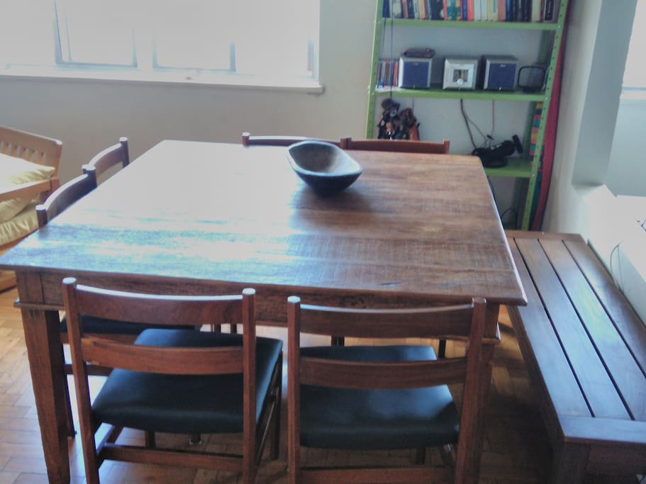 Chamosa mesa para refeições e trabalho: TV e wi-fi