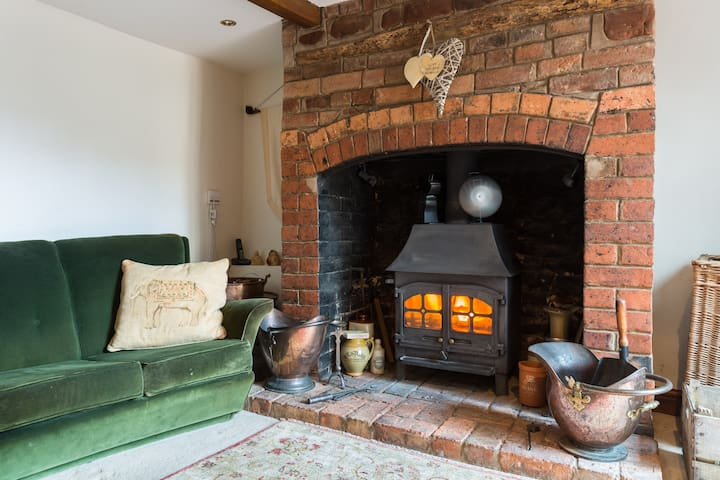 Cosy cottage with woodburner & sunny rural garden - Bromsberrow Heath - Srub