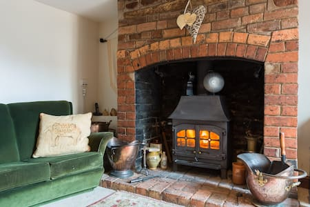 Cosy cottage with woodburner & sunny rural garden - Bromsberrow Heath - Ev