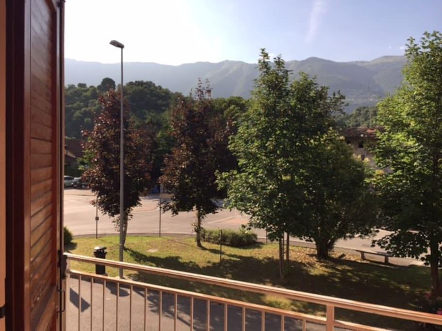 Vista dal salotto con balcone