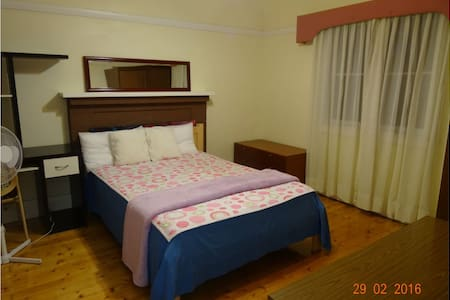 Sunny room facing garden for couple - Eastwood