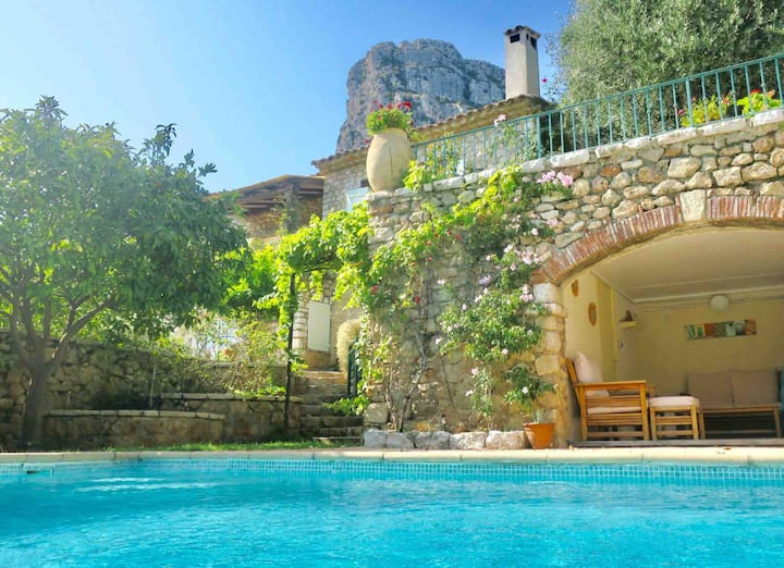 Villa with pool in the village of Saint Jeannet