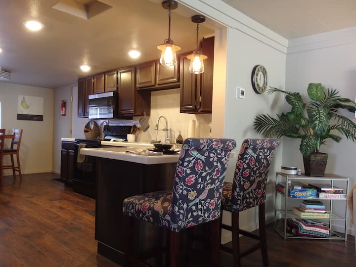Darling Retreat, Fireplace, WD AC, Pubs, Hospitals
