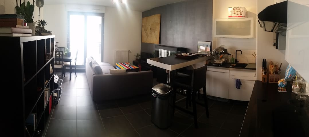 Nice room in a appartment next to train stations