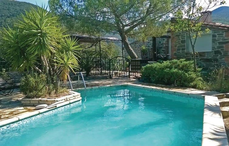 Villa 200 m², piscine privée et jacuzzi intérieur - Rigarda