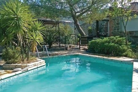 Villa 200 m², piscine privée et jacuzzi intérieur - Rigarda - House