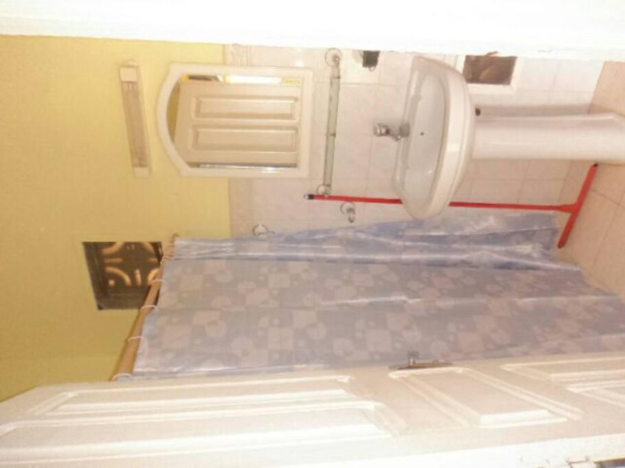 salle de bain avec eau chaude + WC.