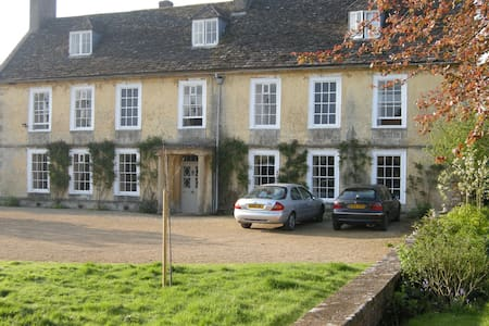 Village Manor House Near Malmesbury & Tetbury - little somerford - Bed & Breakfast
