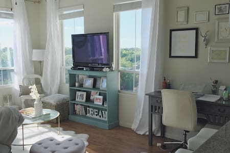 Chic 1br with a View - Mount Pleasant - Διαμέρισμα