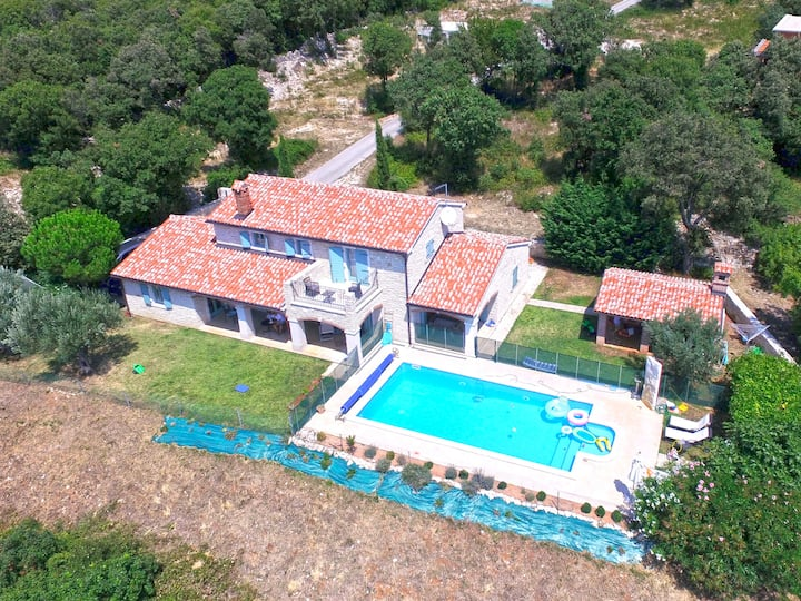 Beautiful villa on quiet location near the Sea