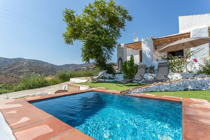 Country villa w/ beautiful mountain views, private pool & terrace!