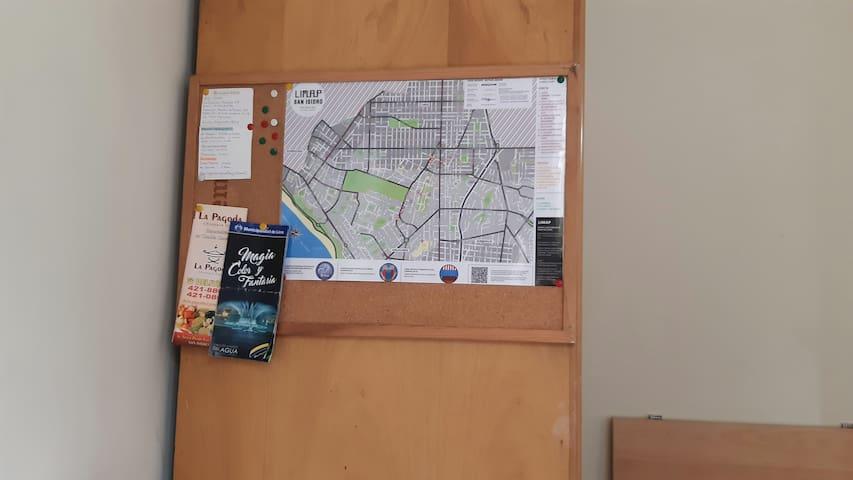 En la habitación encontraras un mapa turistico de San Isidro y una pizarra de corcho con información de tu interés. Clave de Wifi Lugares donde comer Telefono del taxi de recojo al aeropuerto, etc