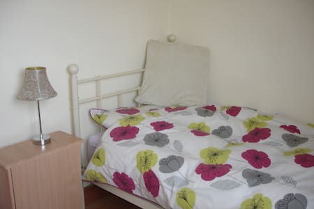 Clean single, cosy room in quiet location - Kensworth - Huis