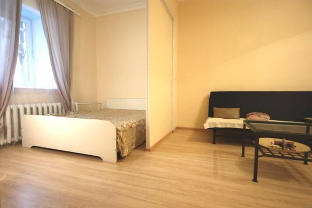 За ширмой  импровизированная спальня с двуспальная кроватью 160х200