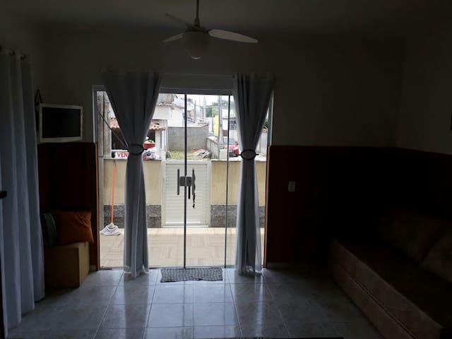 Sala com tv e ventilador de teto