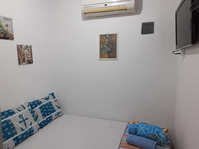 """Quarto 03 do """"Lar Recife Olinda"""" Aconchegante e agradável.   Com banheiro privativo,  1 cama de casal, ar condicionado, tv tela plana, espelho grande."""