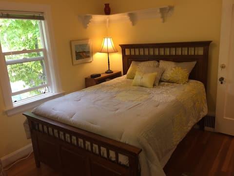Comfy, Queen bed