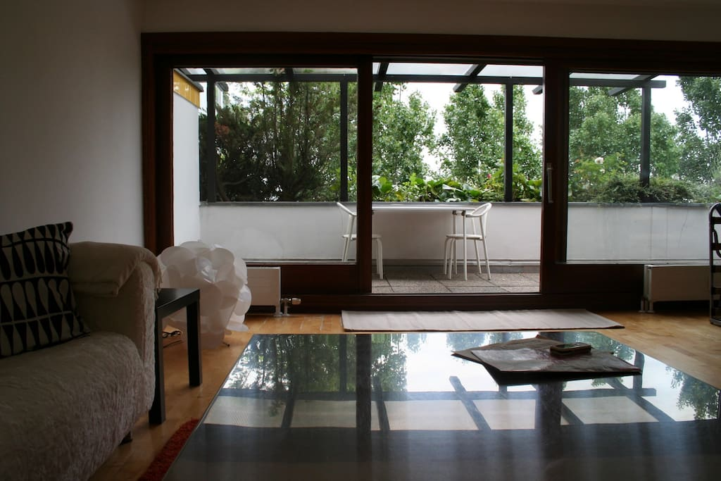 Das Wohnzimmer mit direktem Zugang zur großzügigen Terrasse.