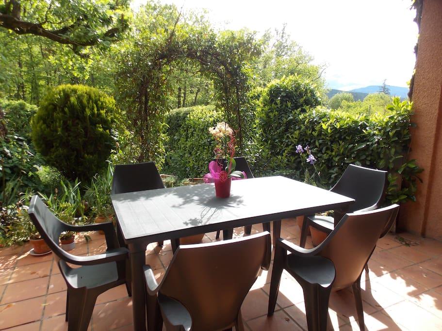 le jardin et la terrasse couverte