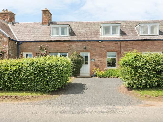 OWL COTTAGE, pet friendly, with open fire in Jedburgh, Ref 972448