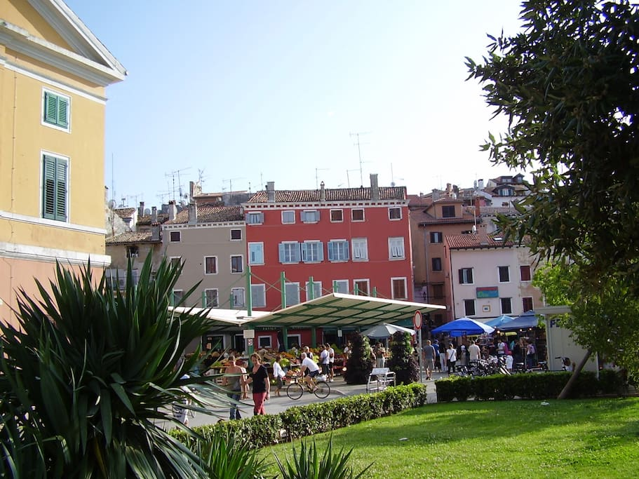 The apartment is situated on the 2nd floor of the lovely Venetian style house by Rovinj's green market place and only 30 meters from the sea
