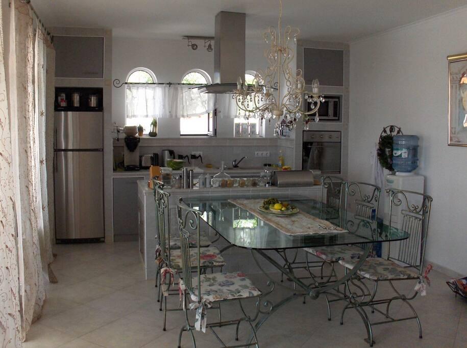 Moderne offene Küche mit großem Tisch