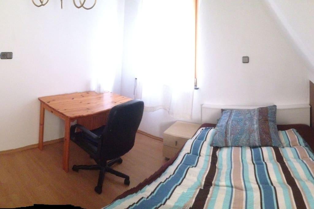 Zimmer mit queensized Bett, Schreibtisch, Wandschrank