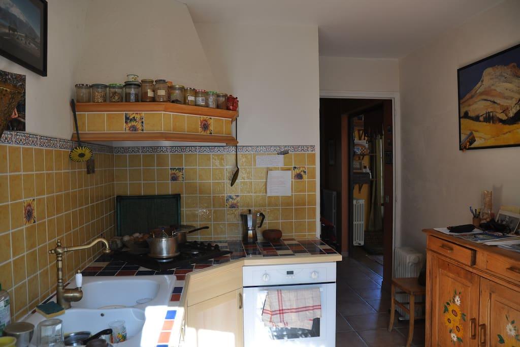 cuisine équipée (cuisinière, four, micro onde, frigo, vaisselle etc)