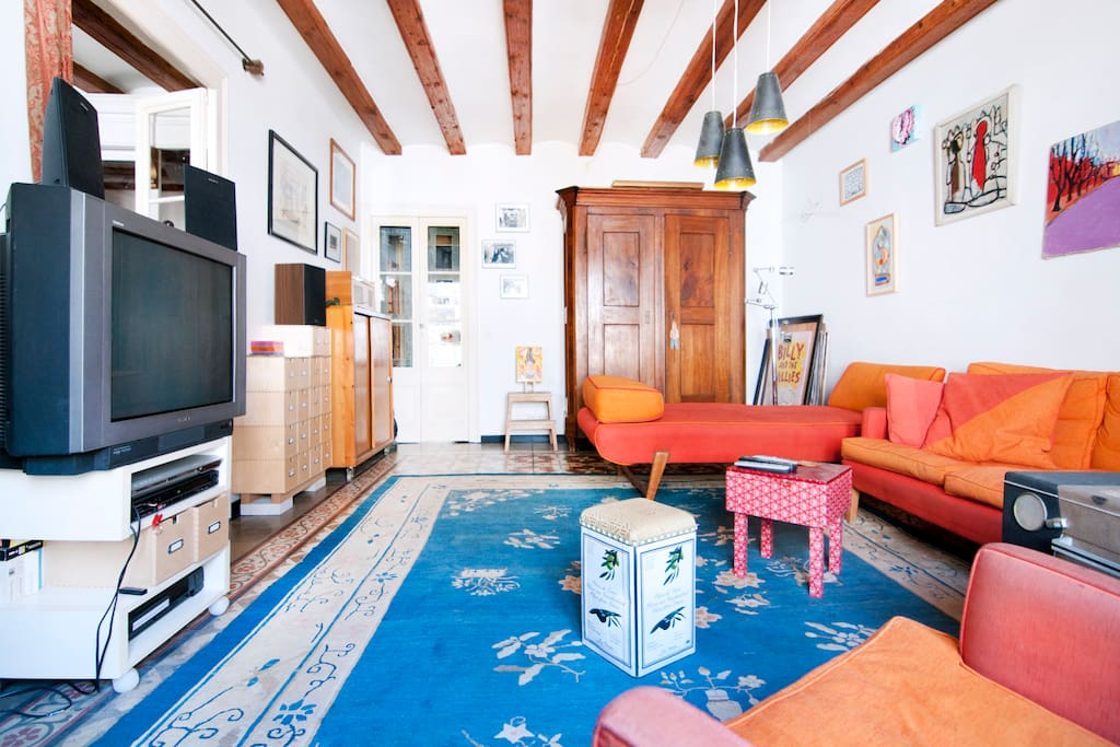 Livingroom with 2 super comfortable kingsize sofas