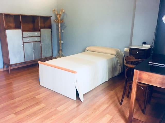 Amplio y luminoso dormitorio en el centro d Hellin