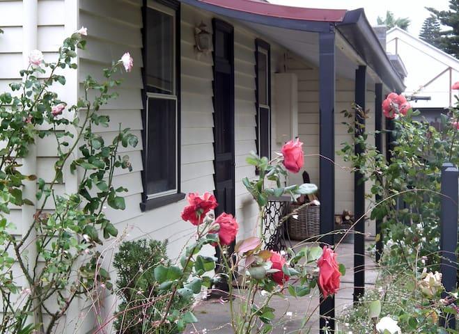 Nivani Port Fairy Colonial Cottage