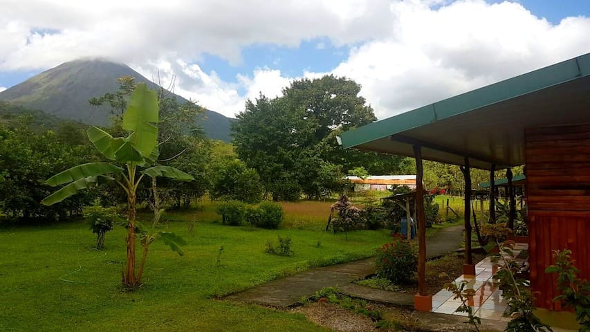Rustic Cabin on Family Farm next Volcano Arenal