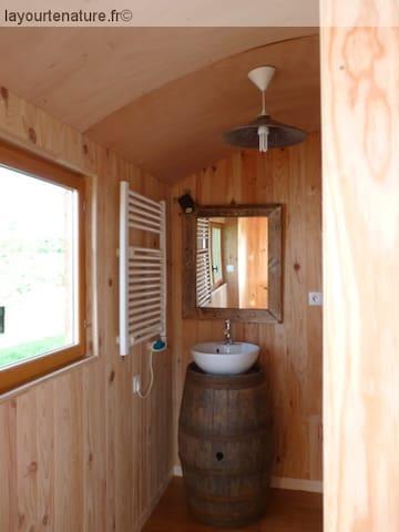 Un espace toilette lavabo et douche