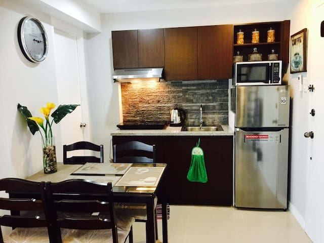 BEST Value Condo upto 8 Guests BGC Ft Victoria