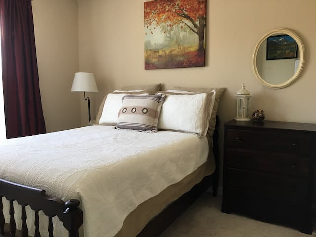 Comfortable Bed and Cozy Townhome! - Woodbridge - Townhouse